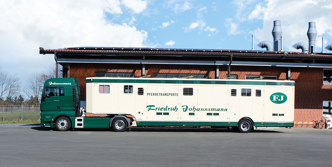 Semitrailer for 10 horses with living area