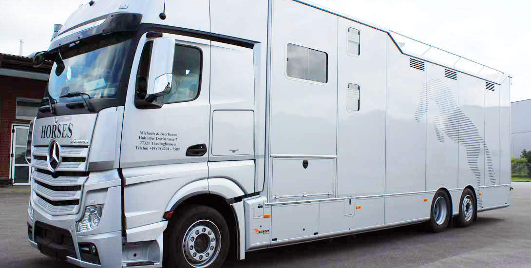 Horse transporter for 7 horses + living area