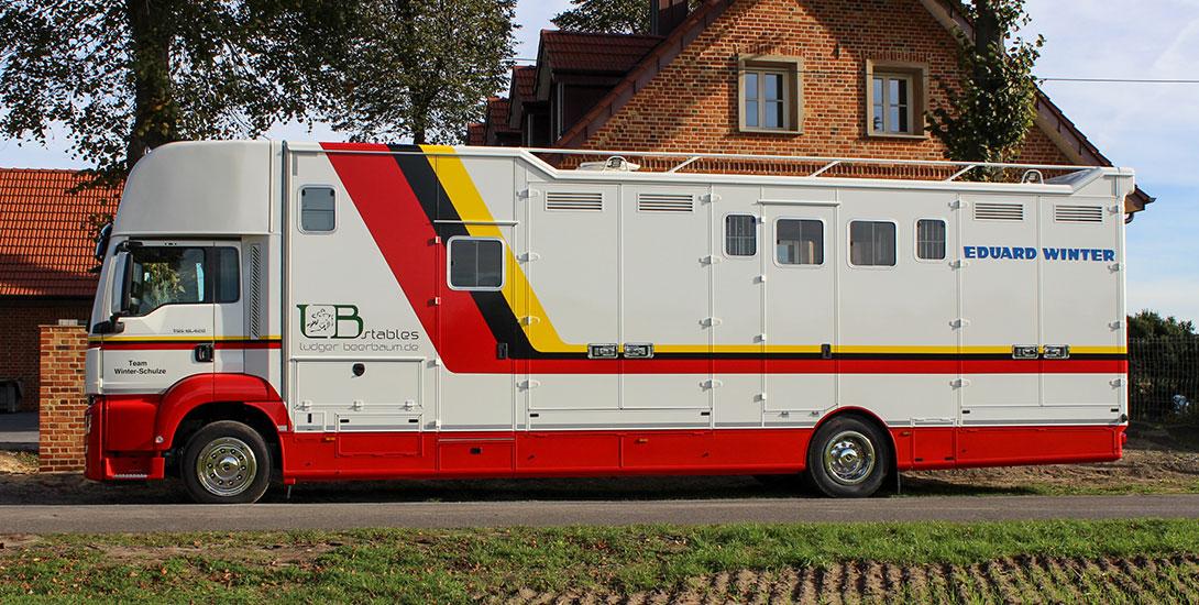 Pferdetransporter für 6 Pferde mit großer Sattelkammer + Wohnbereich